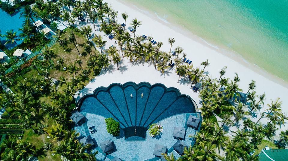 Khi đến với JW Marriott Phu Quoc Emerald Bay Resort, quý khách đừng quên tắm mình trong hồ bơi con sò độc đáo này nhé ( ảnh: Away we wow)