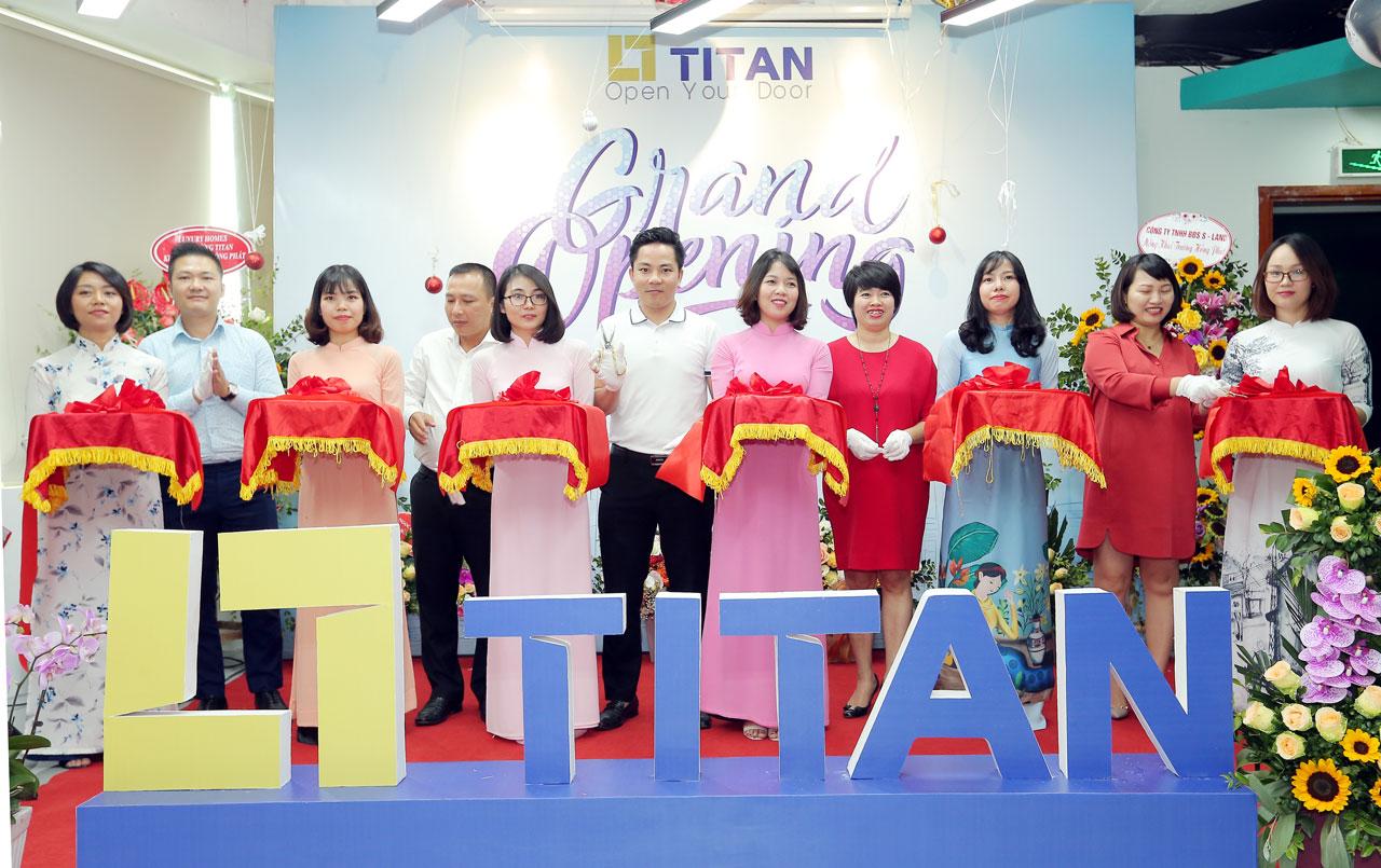 Ông Vũ Tuấn Linh cùng ban lãnh đạo công ty cắt băng khai trương văn phòng