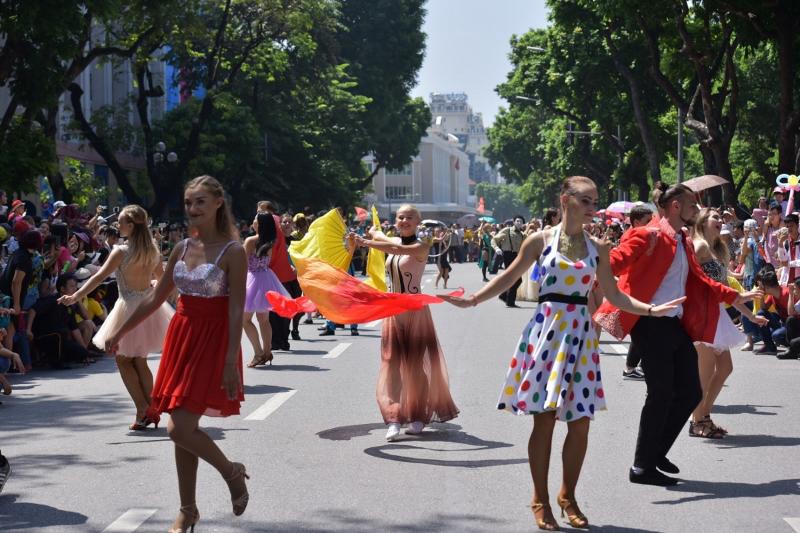 Carnival đường phố năm 2019 tại Hà Nội quy tụ hàng trăm vũ công, nghệ sĩ trong nước và quốc tế
