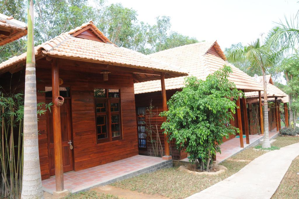 Bungalow Nam Phương Resort Phú Quốc với lối trang trí bằng gỗ đỏ