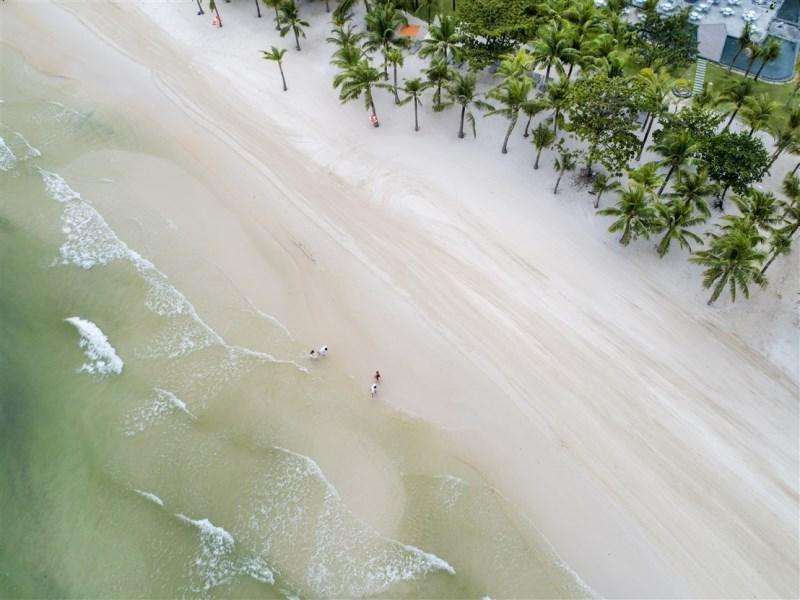 Bờ cát trải dài, trắng mịn tựa kem