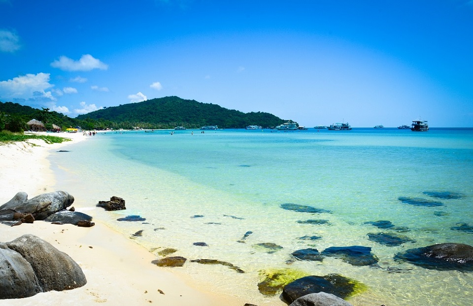 Sắc xanh ngọc lam và những mỏm đá nhỏ đặc trưng của bãi biển Ông Lang