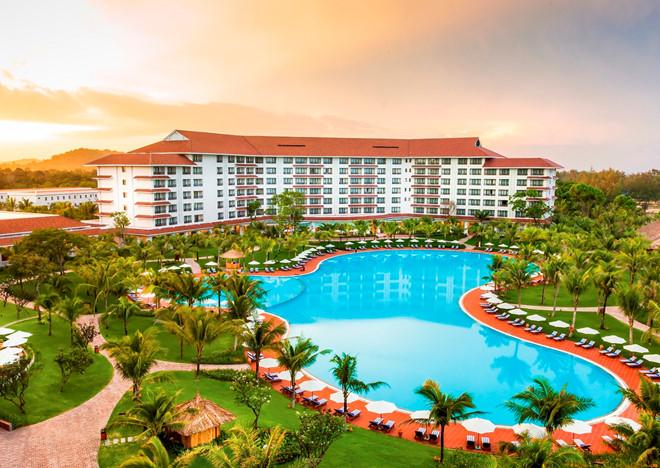 Bể bơi ngoài trời cực lớn hướng biển taij Vinpearl Phú Quốc Resort & Spa