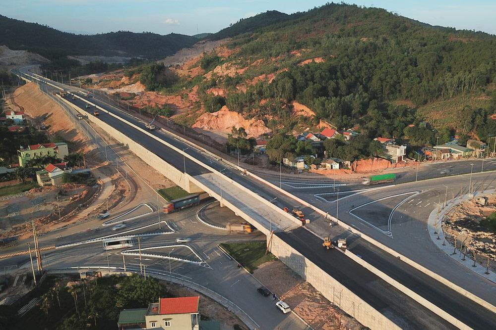 Cao tốc Hạ Long - Vân Đồn giúp rút ngắn khoảng cách di chuyển, góp phần rất lớn đến kinh tế - du lịch - xã hội Quảng Ninh