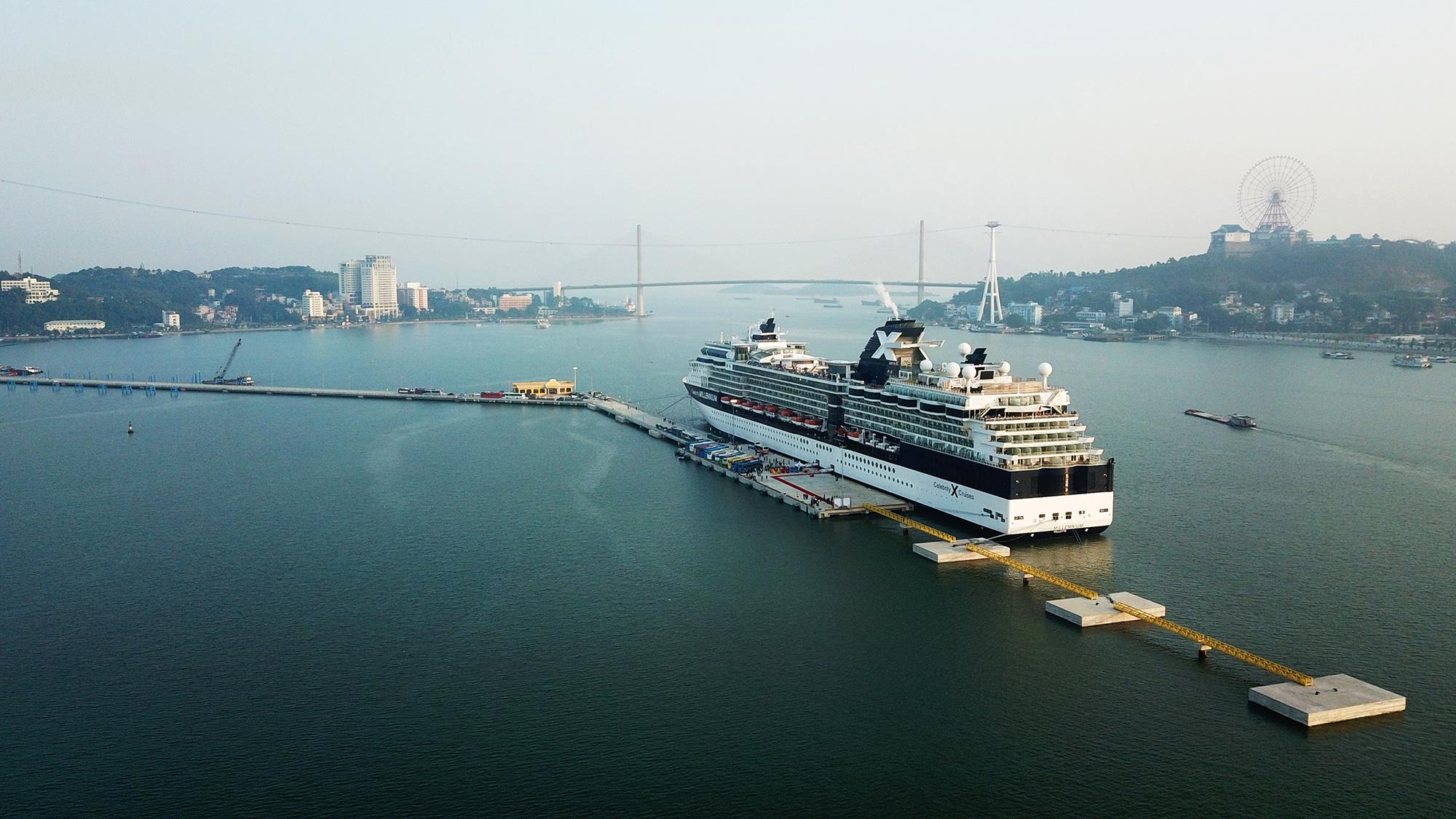 Kể từ khi đi vào hoạt động, cảng tàu khách Hạ Long thu hút đông đảo dòng khách quốc tế sang trọng đến với thành phố di sản