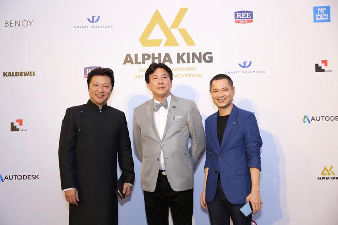 Ông Jimmy Chan ( giữa ) - Ceo Alpha King là người có 35 năm làm việc trong ngành bất động sản quốc tế