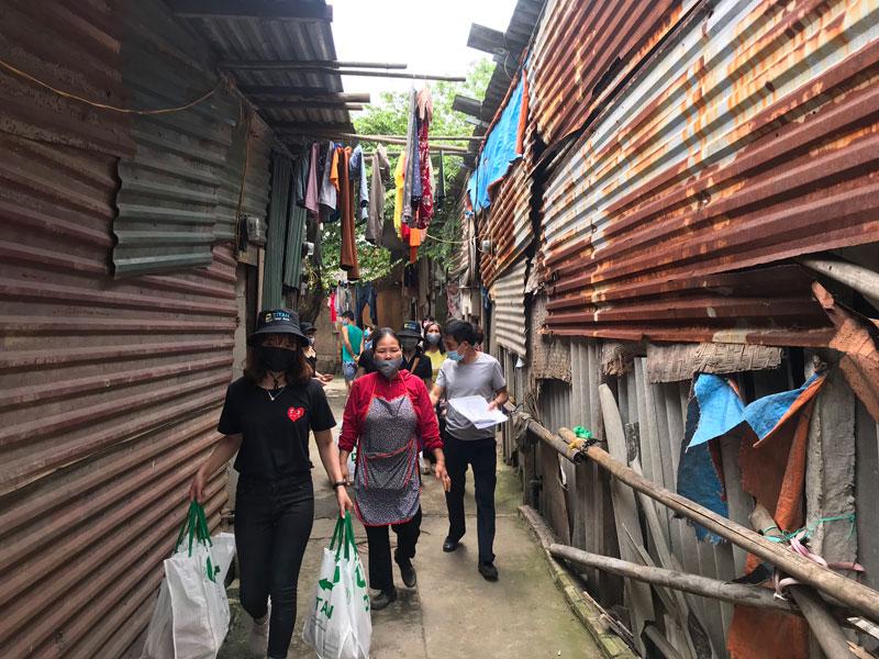 Tại khu vực xóm nghèo chợ Long Biên, hàng trăm hộ gia đình có hoàn cảnh đặc biệt khó khăn đã được công ty trao tận tay những món quà nhu yếu phẩm