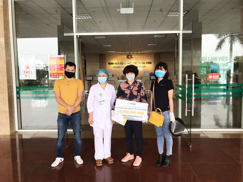 Bà Nguyễn Thị Liên Dung đại diện BLĐ công ty gửi tặng 10 triệu đồng tiền mặt cùng tư trang y tế đến bệnh viện nhiệt đới TW