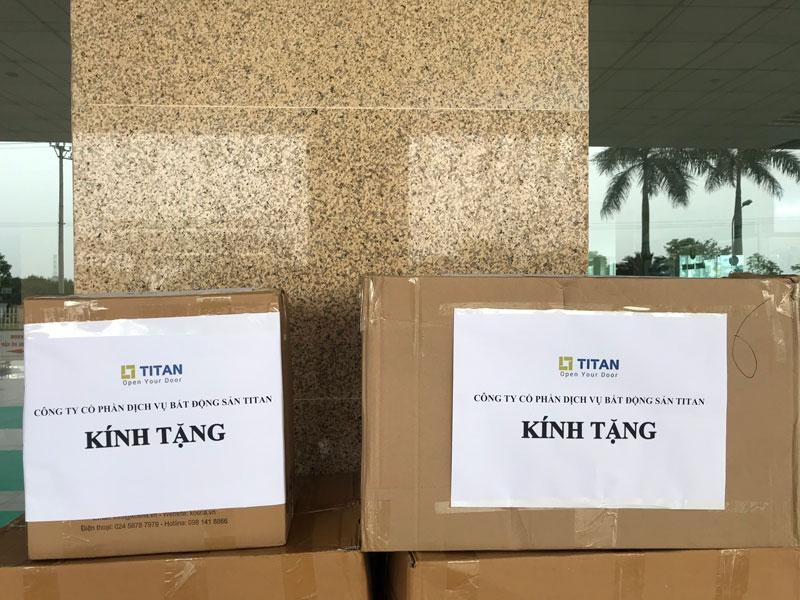 200 mặt nạ chống giọt bắn và 1 thùng nước rửa tay sát khuẩn đã được công ty gửi tới tận tay các bác sĩ tại bệnh viện
