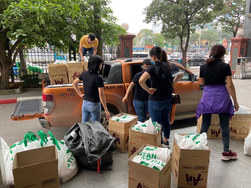 Cán bộ nhân viên công ty chuẩn bị 500 suất quà gửi tặng đến các bệnh nhân và gia đình có hoàn cảnh có khăn