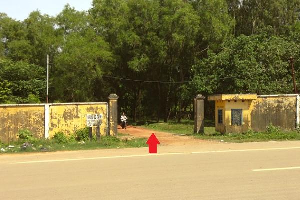 Cổng vào đường đi đến Bãi Kem từ thị trấn Đông Dương trên đại lộ DT46 Nguyễn Văn Cừ