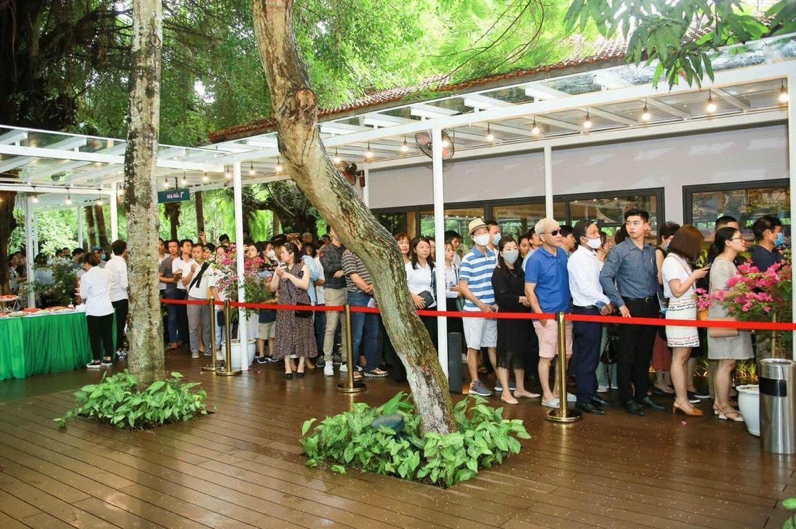 Hơn 1.000 khách hàng xếp hàng từ sang đến chiều để thăm quan căn hộ mẫu Spremium