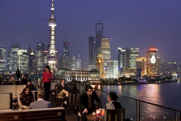Tầm view ngoạn mục có thể bao quát toàn bộ thành phố Thượng Hải từ sân thượng khách sạn Peninsula Thượng Hải