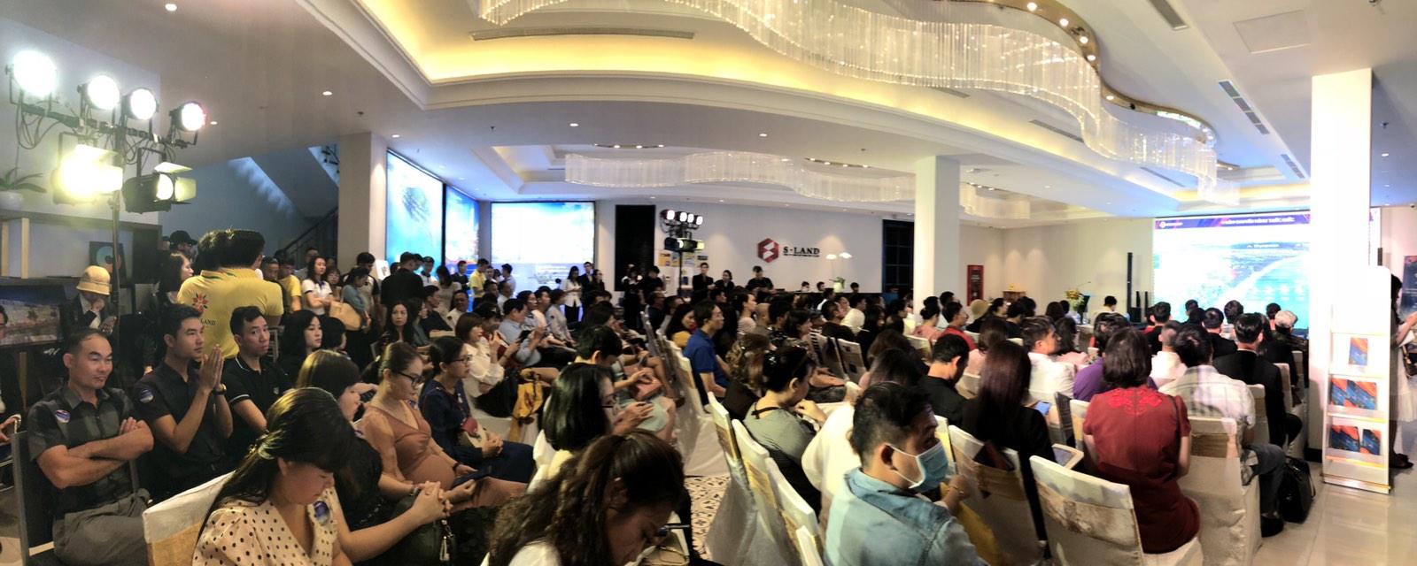 Sự kiện đã thu hút hàng trăm khách hàng đến tham dự