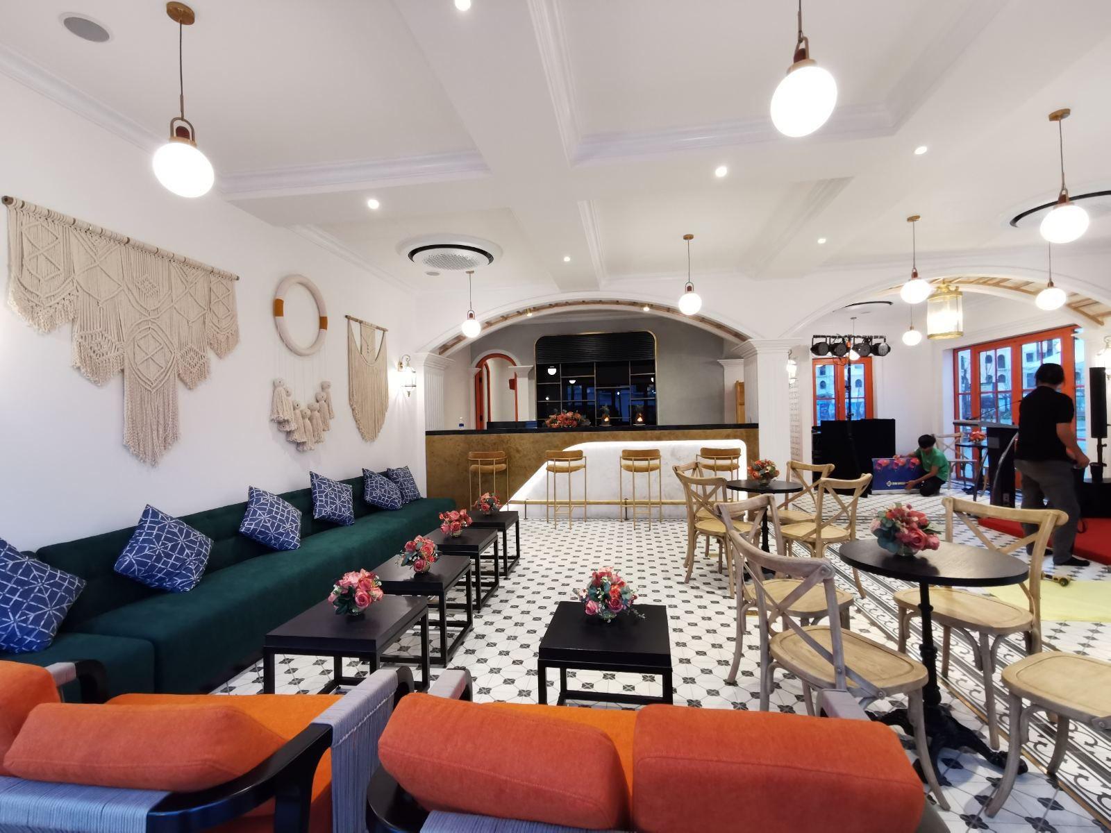 Không gian quán cafe được thiết kế theo phong cách Địa Trung Hải phóng khoáng