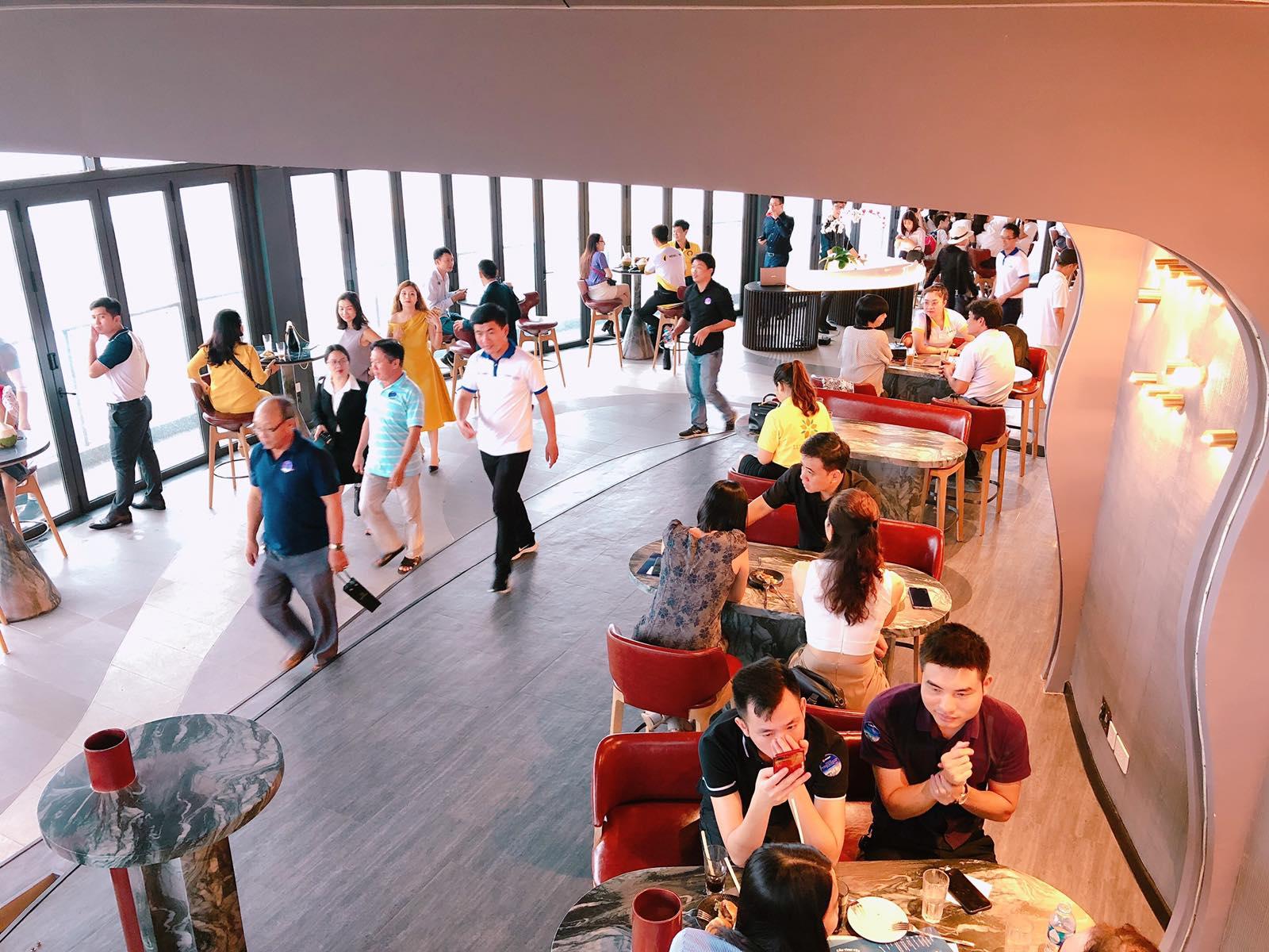 Khách hàng thưởng thức tiệc nhẹ trên tầng 13 tòa Drum Premier Residences Phu Quoc Emerald Bay
