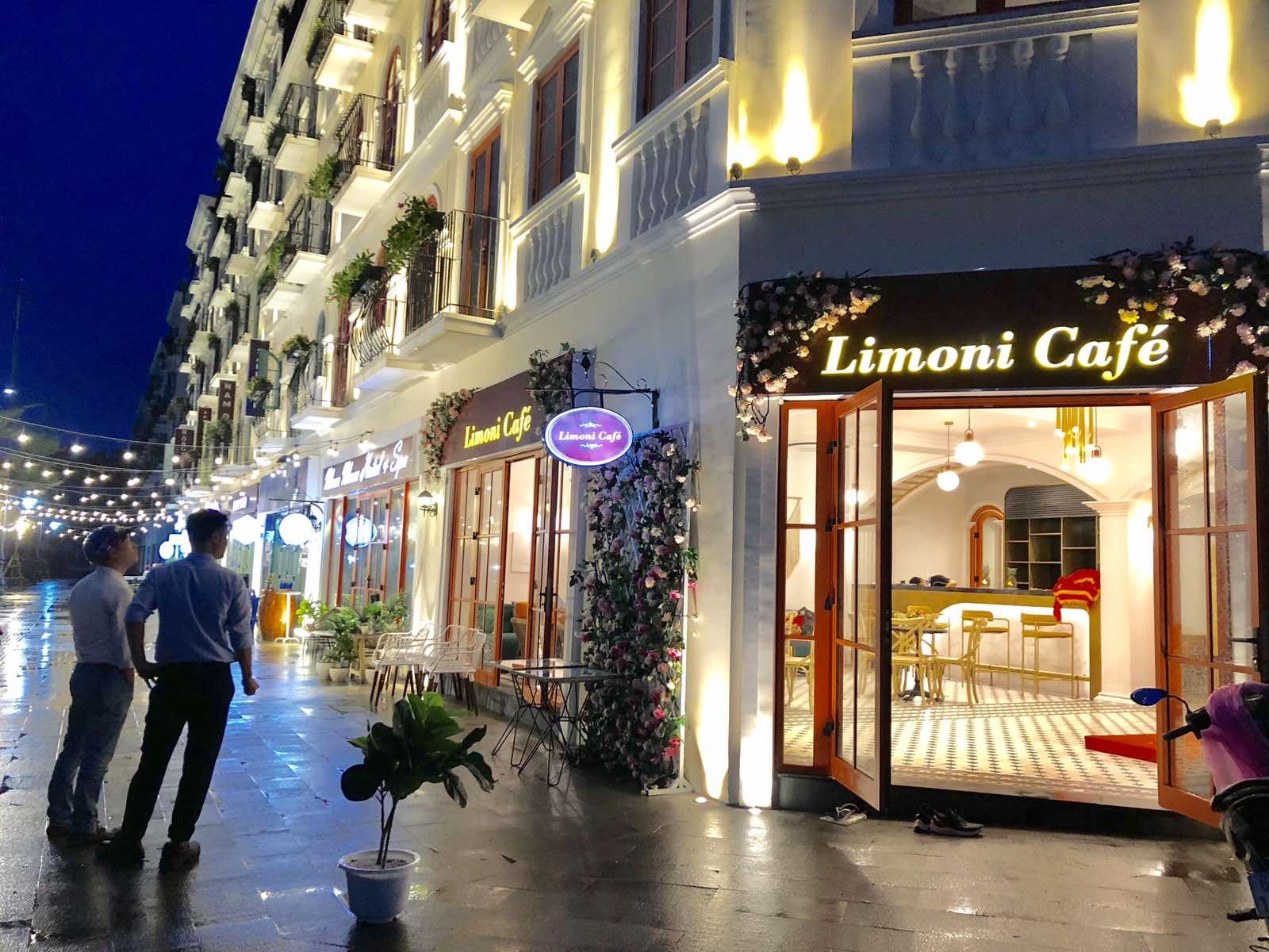 Không gian rực rỡ về đêm của quán cafe Limoni