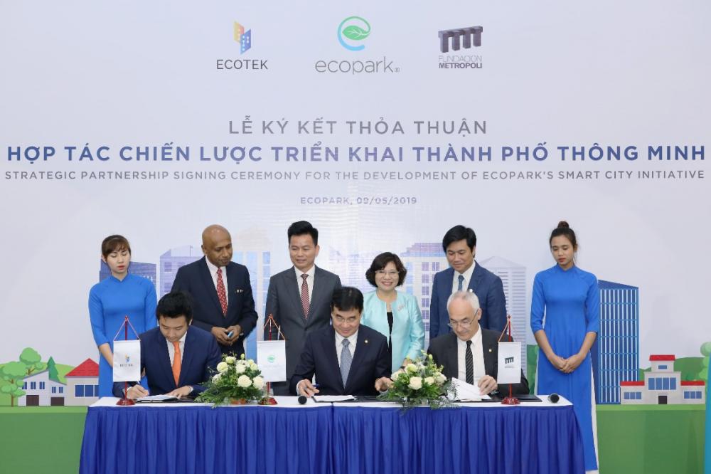 Tham dự tại buổi lễ ký kết có Thứ trưởng Bộ Xây Dựng Phan Thị Mỹ Linh (đứng giữa)