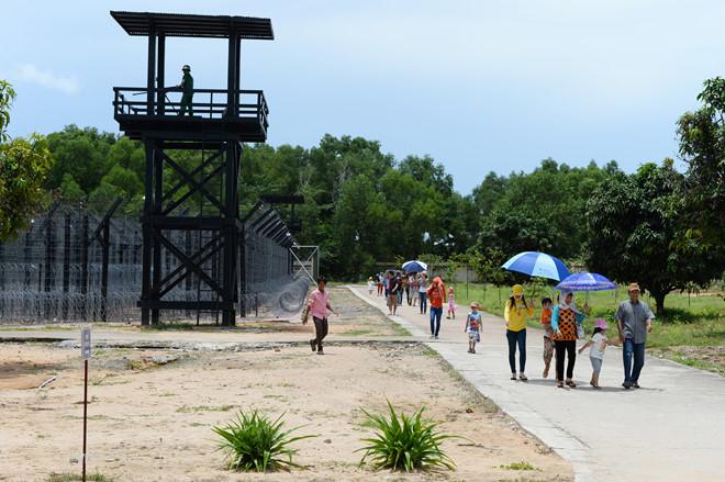 Di tích lịch sử nhà tù Phú Quốc - được tái hiện lại qua các tượng đất binh sĩ và tù nhân
