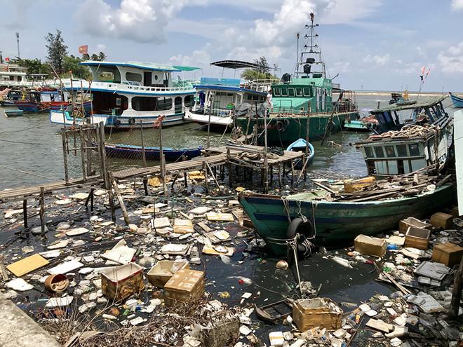 Tình trạng ô nhiễm môi trường tại Phú Quốc đang ngày càng nghiêm trọng gây ảnh hưởng lớn đến sức khỏe người dân và mỹ quan của huyện đảo