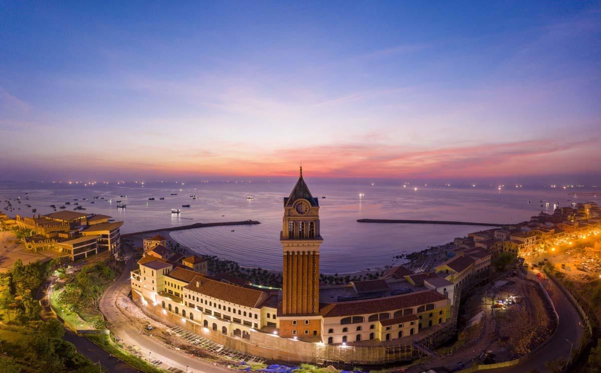 Tháp đồng hồ nằm ở vị trí trung tâm lõi của thị trấn Địa Trung Hải