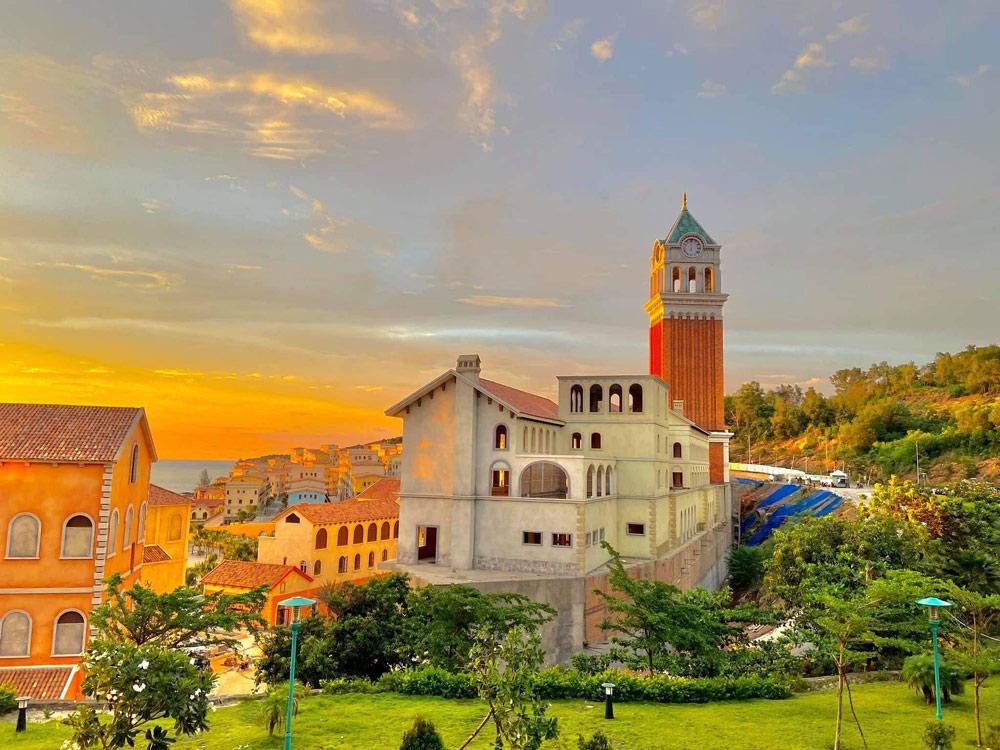 Tháp đồng hồ tại Central Village - Sun Premier Village Primavera sẽ là biểu tượng phồn vinh của Phú Quốc, đồng thời là tòa tháp đồng hồ cao nhất Việt Nam