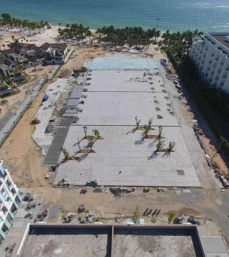 Quảng trường Ngọc Bích nằm ngay tại trung tâm khu nghỉ dưỡng Kem Beach Resort, được kỳ vọng sẽ là thỏi nam châm hút khách Nam đảo