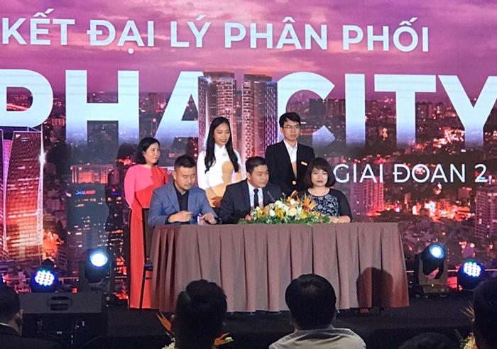 Bà Trần Thị Huyền Trang - đại diện Titan Group ký kết hợp đồng phân phối dự án Alpha City giai đoạn 2 ( ngoài cùng bên phải )