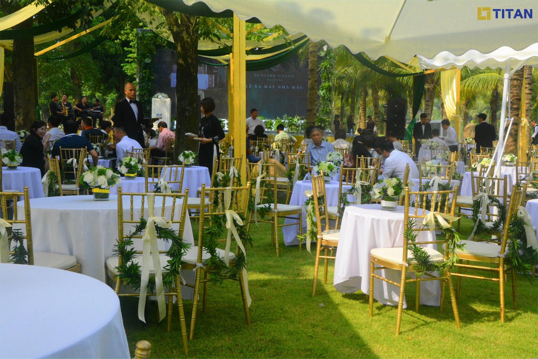Tiệc trà thượng lưu được tổ chức ngoài trời giữa bốn bề thiên nhiên xanh mát